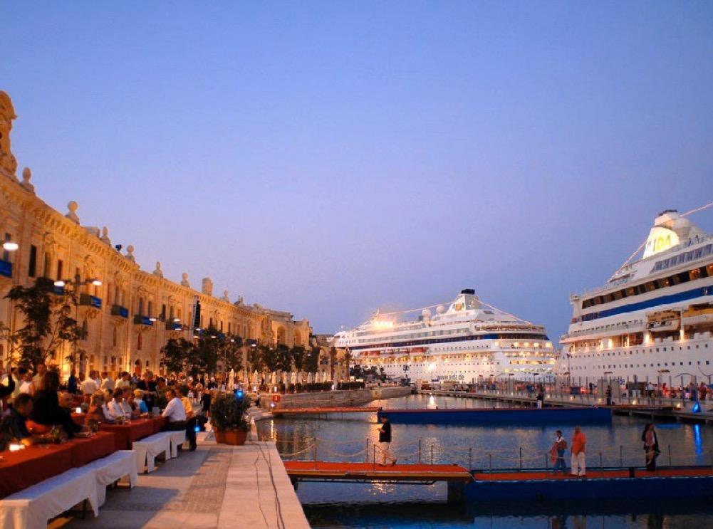 Vor der Küste von Valetta (Malta) landen 3 AIDA-Kreuzfahrtschiffe