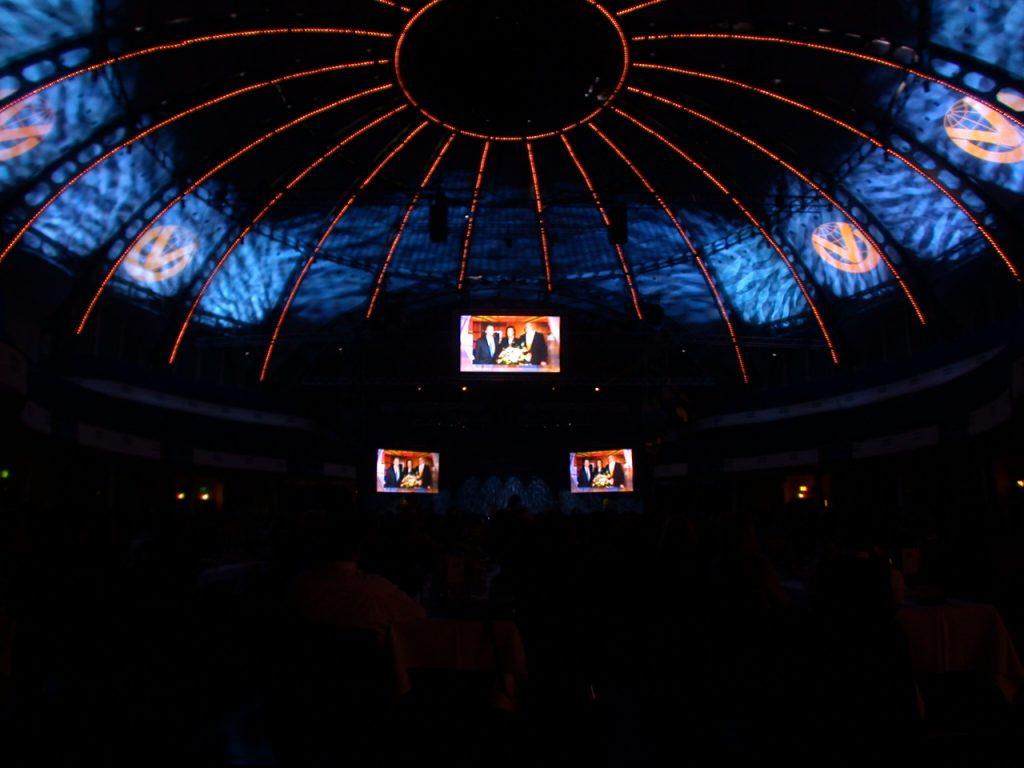 Bühnenprogramm mit Acts wie PUR oder Artisten des Cirque du Soleil